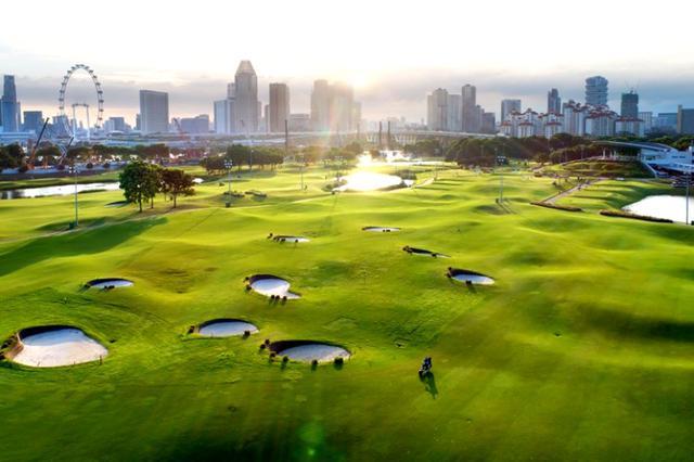 画像: 85個のポットバンカーが待つ。シンガポールらしい風景も特徴