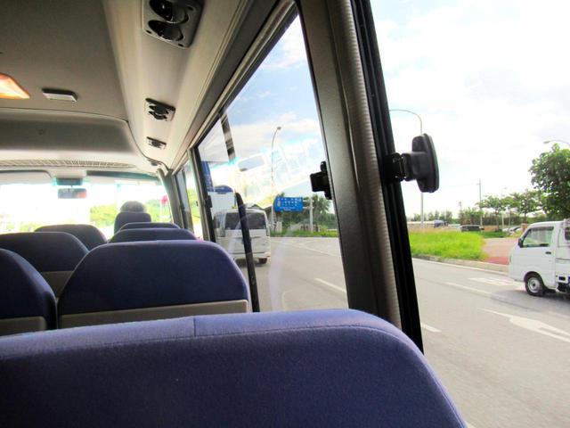 画像: レンタカー会社のバスで事業所まで。それにしても空が広い