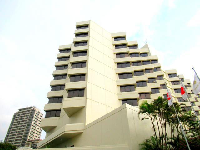 画像: 住宅街の坂道の上に建つ、10階建て145室