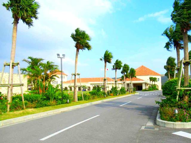 画像2: 那覇市内から1時間ほどで「PGMゴルフリゾート沖縄」へ到着。ヤシの木のがリゾート気分を盛り上げます。隅々までメンテナンスが行き届き、さすがグランPGM