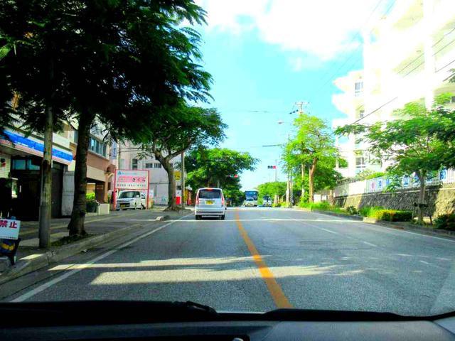 画像: 沖縄の人たちの運転は、都内よりずっとのんびり(車を左に寄せて止めて撮影しています)
