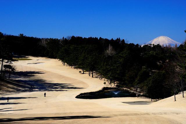 画像: 11番ホール/510㍎/パー5 正面の池から打ち上げていく。ティから富士山の眺め