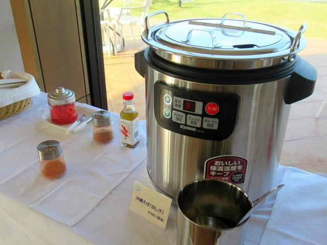 画像: きちんとだし汁も用意されています。暖かい陽射しの下、そとのテーブル席でささっと食べるのもいいですね