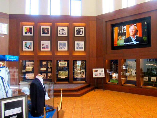 画像: クラブハウス内にはコース改造を監修した青木功JGTO会長のギャラリー