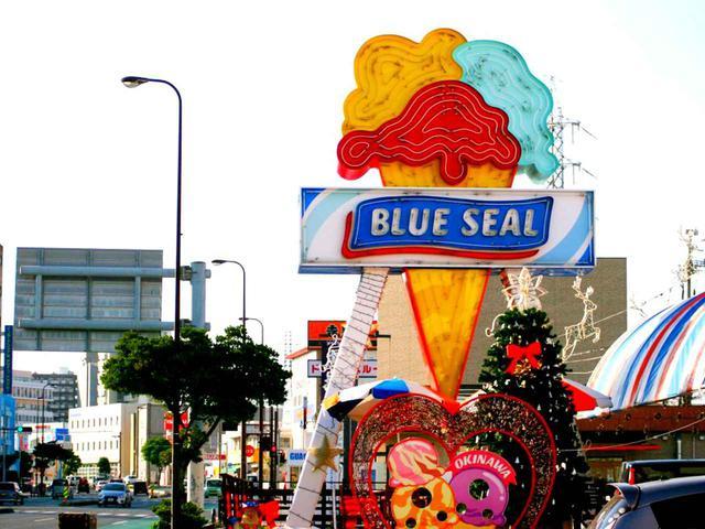 画像: まずは那覇市内で腹ごしらえ。沖縄でよく見かけるアイスクリーム屋「ブルーシール」