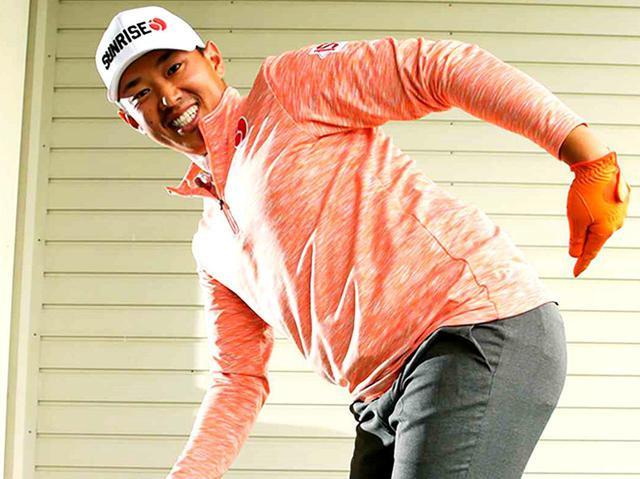 """画像: 【スウィングづくり】正しい顔の上げ方でヘッドが""""ビュンビュン""""走り出す② お尻を後ろに突き出すと自然なルックアップができる - ゴルフへ行こうWEB by ゴルフダイジェスト"""