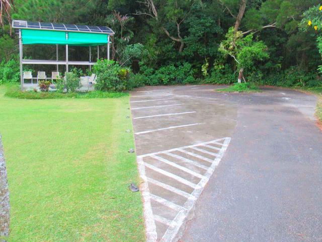 画像: レンジへはカートで行けるので、カート用の駐車スペースのありました。奥には待合室的なスペースも