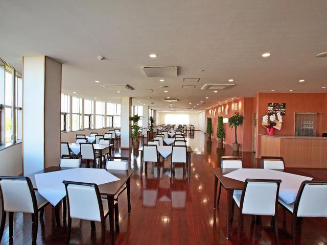 画像: 茶系のフローリングで落ち着きのあるレストラン。25卓