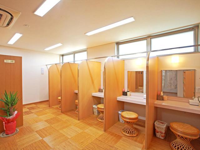 画像: 女性ロッカールームのパウダーコーナー