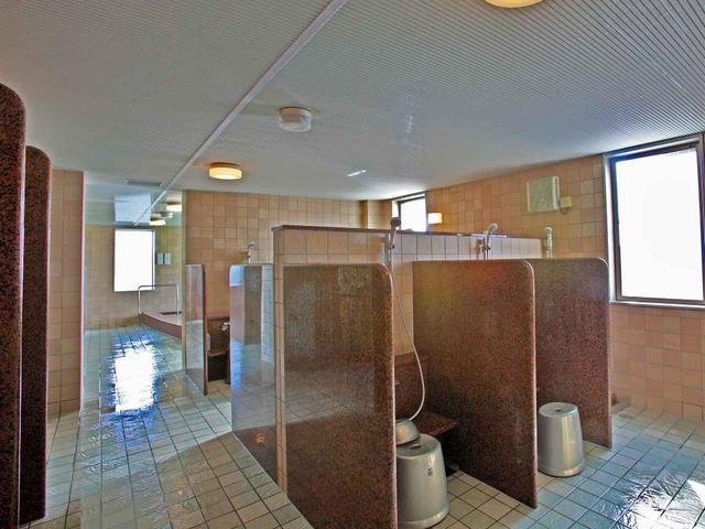 画像: シャワーで汗を流すだけの人もいるため、浴槽スペースと洗い場がセパレートされた男性浴室