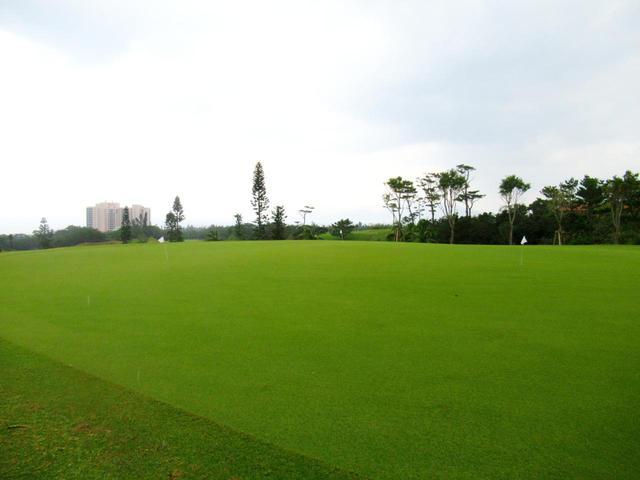 画像: パッティンググリーンは広いです。晴れていれば絶景のはず