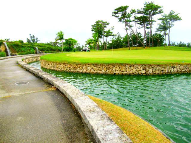 画像: グリーン左から見ると、池がグリーンの奥まで回り込んでいるのが分かります