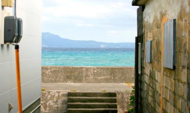 画像: 建物の裏はすぐに海!