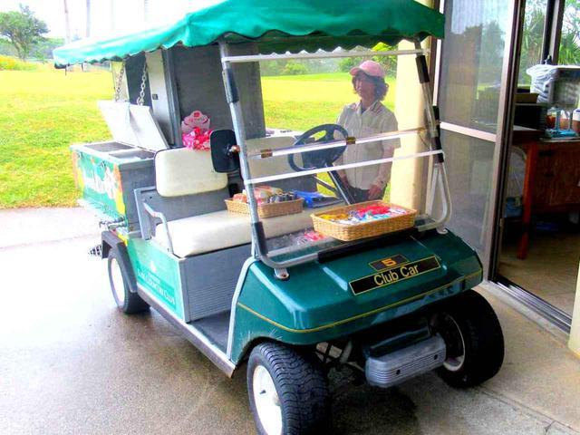 画像2: 沖縄のゴルフ場へ来たら、やっぱり「ポーク玉子」。ホットドッグも、チーズバーガーもすべて各380円。こちらのカートが移動しながら販売。見かけたらぜひ!