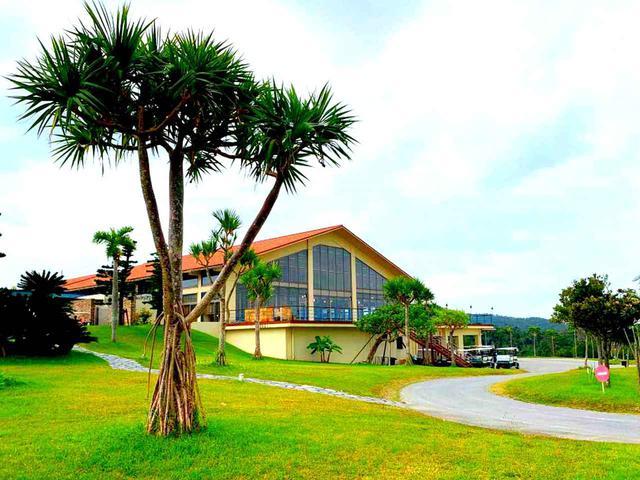 画像1: てんとう虫がシンボルマーク。オレンジ色の屋根が沖縄らしいクラブハウス