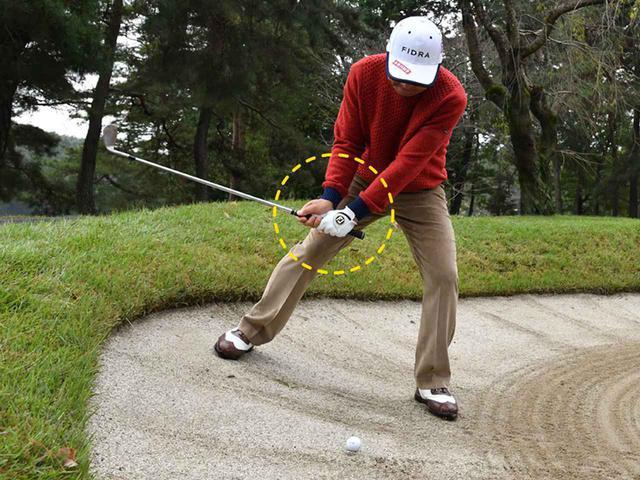 """画像: 【バンカー】アゴ高バンカーは球を""""上げるな""""② ライによって構えを変えよう! - ゴルフへ行こうWEB by ゴルフダイジェスト"""