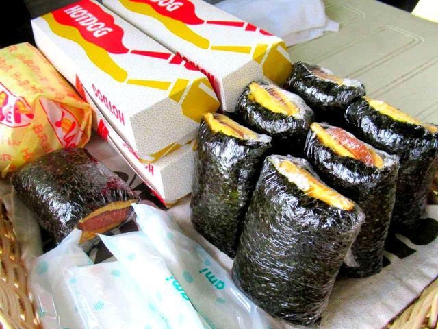 画像1: 沖縄のゴルフ場へ来たら、やっぱり「ポーク玉子」。ホットドッグも、チーズバーガーもすべて各380円。こちらのカートが移動しながら販売。見かけたらぜひ!