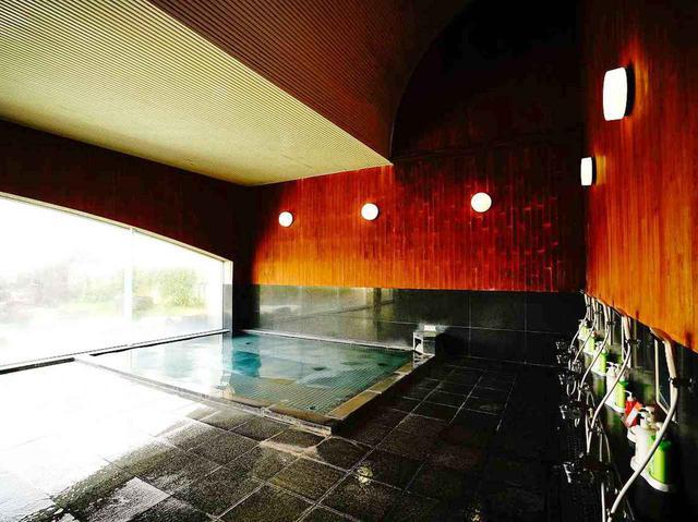 画像: 広々とした天然温泉の大浴場