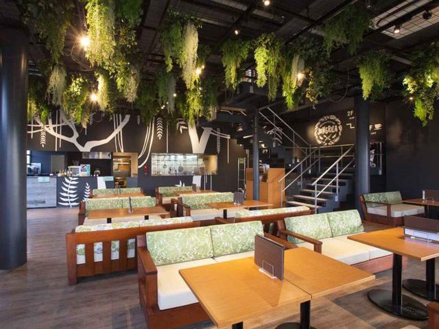 画像: 街カフェふうレストラン「JUNGRILAカフェ」。コンペルームはなく、22卓(テラス含む)