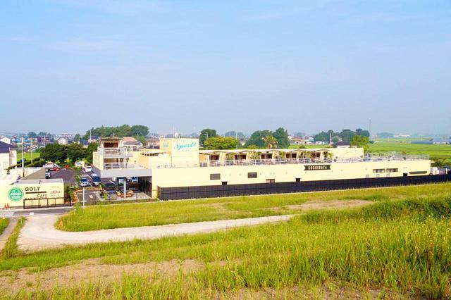 画像: コース側の土手から見たクラブハウス