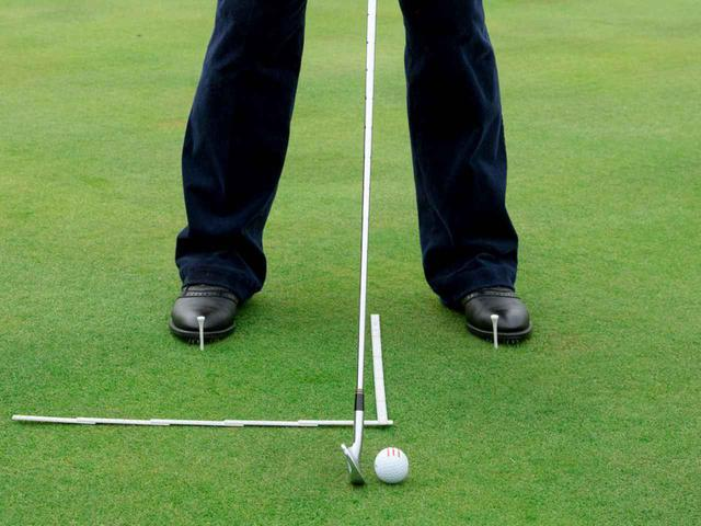 画像: 今でも、折りたたみ式の定規を使ってアライメントやボール位置の確認を行っている