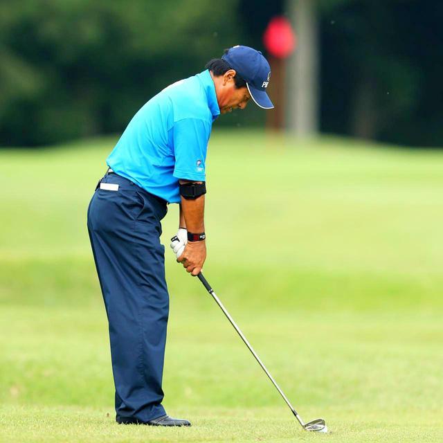 画像: ゴルフはボールを打っていく目標方向と体が正対しないため、目標線と平行に立ってアドレスすることが難しい。そうならないためには「日頃から平行に立つ訓練が必要」