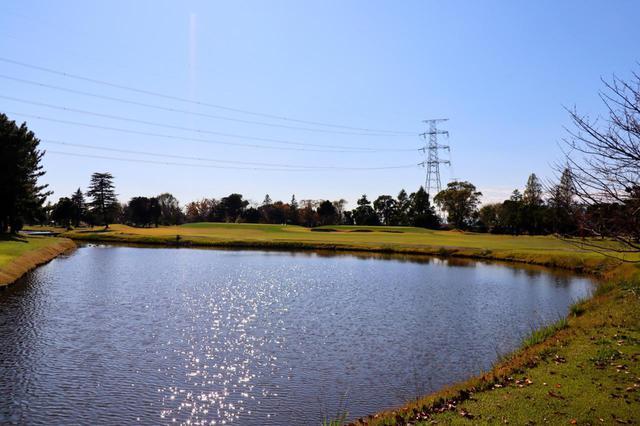 画像: 2番ホール(479Y・P5) ティショットは池越え。フェアウェイの左サイドをずっとクリークが流れる