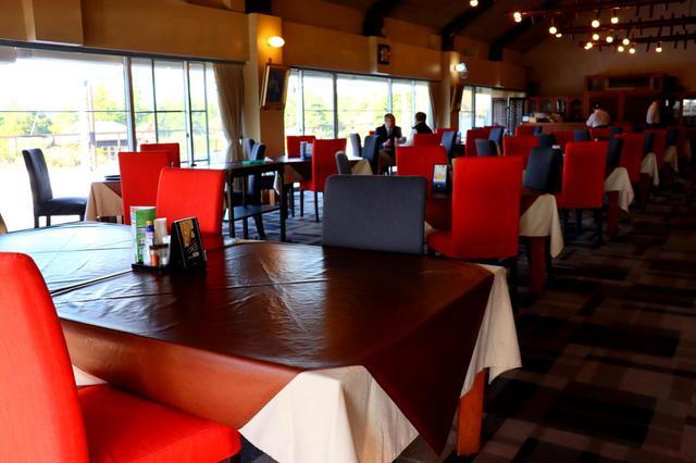 画像: レストランはワンフロアで広々。多人数でのコンペにもおすすめ