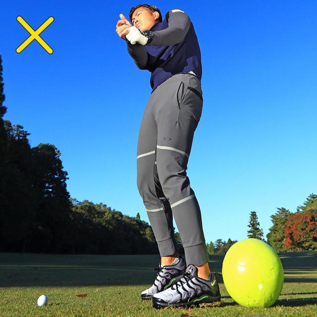 画像: 腰の回転が止まるとインパクトが詰まって左には絶対に振り抜けない。左足の股関節がつねに動き続ける感覚がハンドファーストには絶対に必要になる