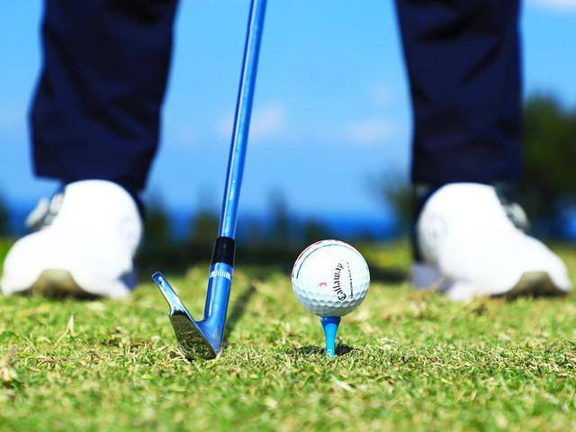 画像: ハイティアップしたボールを打つには体の上下動や左右の動きを抑える必要がある。少し高めのティアップをすることでいかに自分が動きすぎているかが確認できる