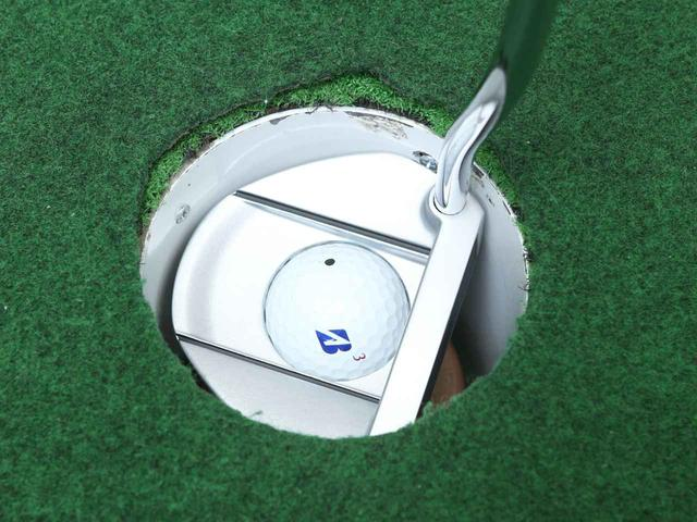 画像: ちょうどカップに入るヘッドサイズでボールを拾うこともできる
