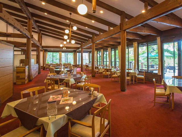 画像: 山小屋ふうで落ち着きのあるレストラン。13卓