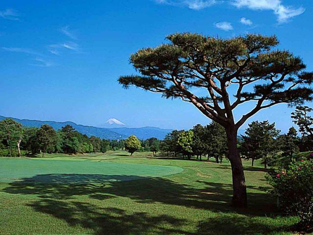 画像: 9番ホール/348㍎/パー4 振り返れば霊峰富士が眺められるホール。緩やかな上りのため表示よりも距離がある