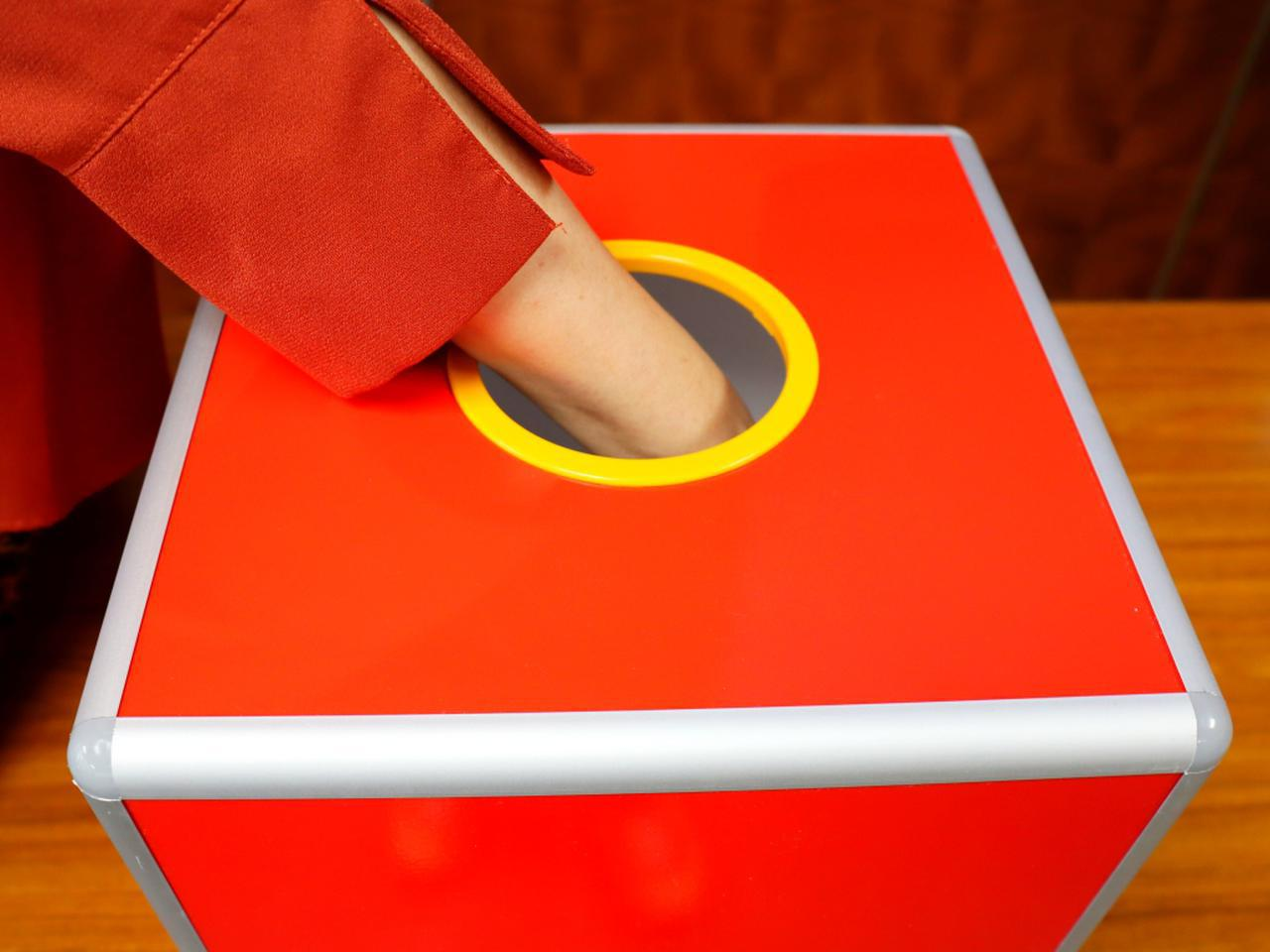 画像1: スコアビンゴ抽選BOX。1~9までのスコアが入ったボールが入っている。4、5、6の番号ボールが多く、最小は当然1