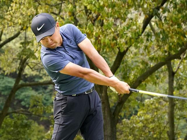 画像: 【10本で握る】手先でヘッドを返すからスライスする。刀でボールを斬るつもりで振る! 篠塚武久先生がアマへ直伝レッスン - ゴルフへ行こうWEB by ゴルフダイジェスト