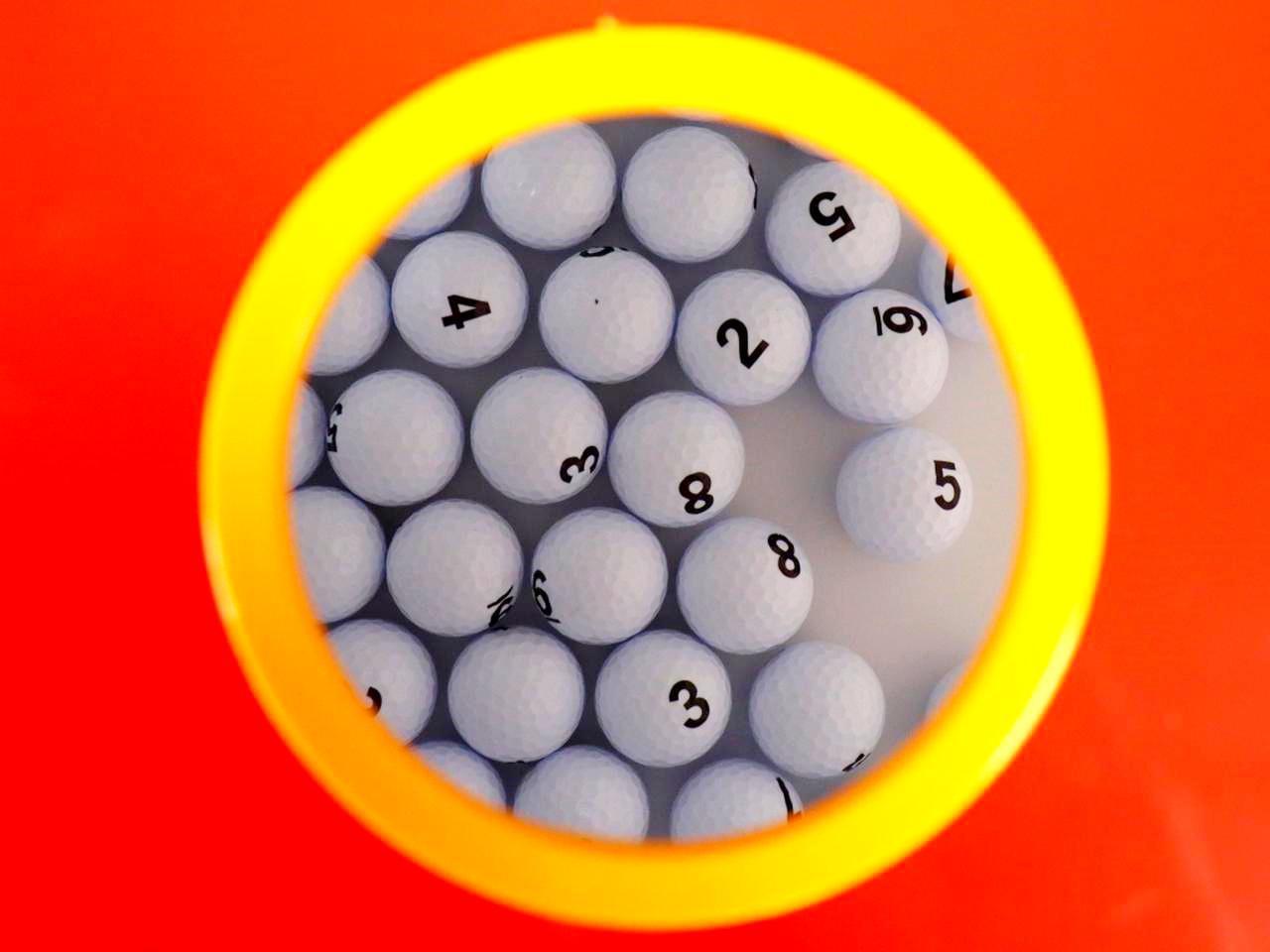 画像2: スコアビンゴ抽選BOX。1~9までのスコアが入ったボールが入っている。4、5、6の番号ボールが多く、最小は当然1