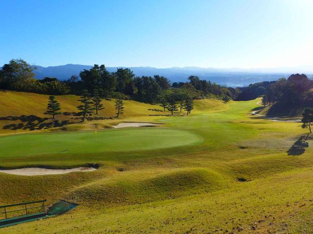 画像1: 桃園コース9番(556Y・P5) LPGAスタンレーレディスでは最終18番として使用。グリーン手前はバンカー群がガードする名物ホール