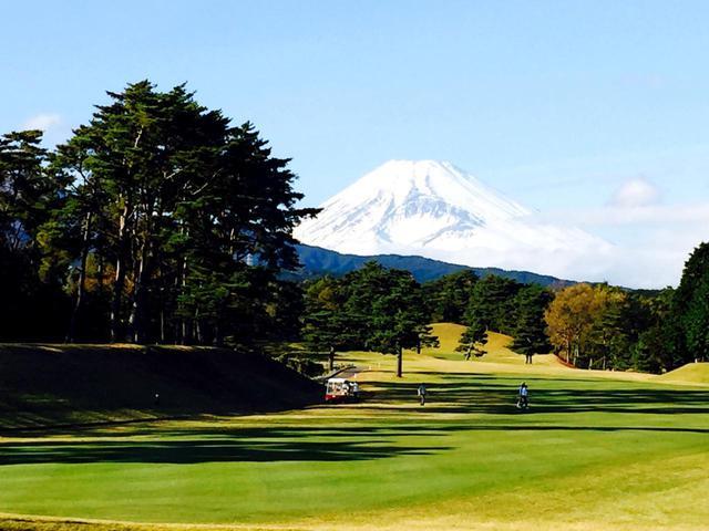 画像1: 桃園コース5番(395Y・P4)右ドッグレッグ、富士山が美しいホール