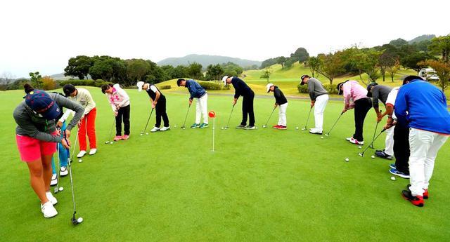 画像: 【10本で握る】「半身」で構えるから入る。打たずに転がす「桜美式ライジングパット」(後編) - ゴルフへ行こうWEB by ゴルフダイジェスト