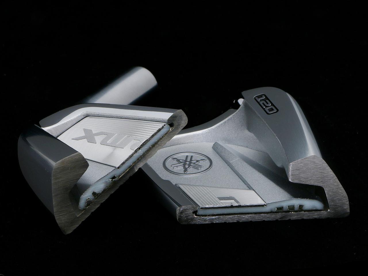画像: 深いポケットキャビティが高弾道とヘッドの直進性に寄与。また、バックフェースに貼られたバッチは樹脂とアルミの2重構造、マイルドな打感を実現