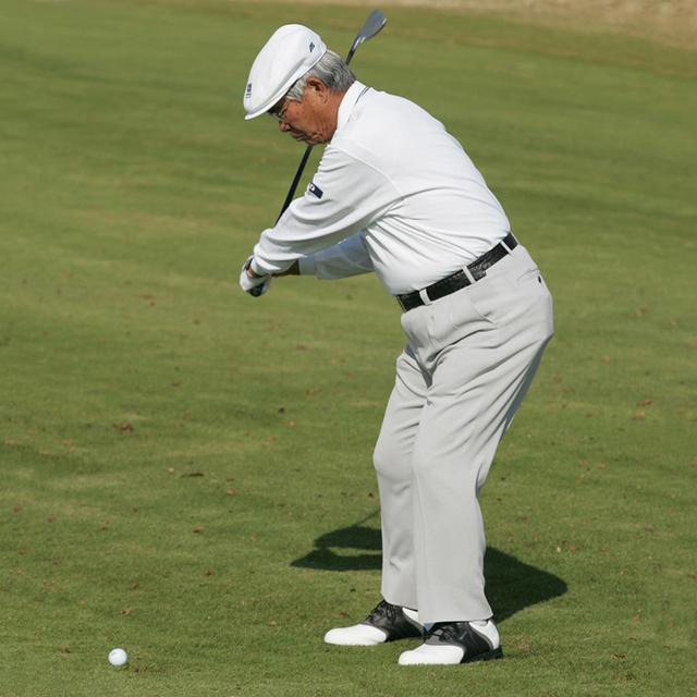 画像: このダウンスウィングから惰性で振ったら、球は右にすっぽ抜ける