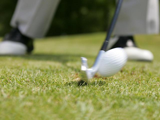 画像2: ディボット跡にある球を9番アイアンで打った瞬間。ロフトを立ててインパクト、球を押し出していく