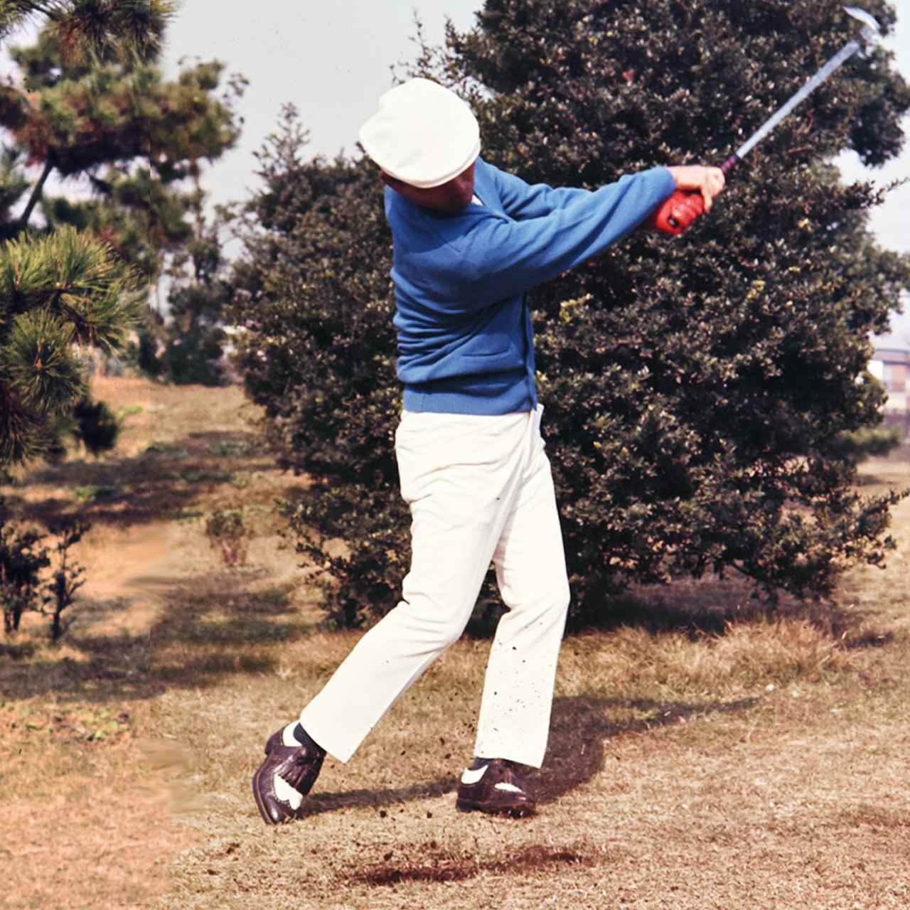 画像: 球をとらえながらヘッドをターンさせ、高くフォロースルーまで振り抜いていく。この「&ブロー」があってこそ、球を押し込む力が出て飛距離も出る。球を叩くだけのアマチュアとここが違う