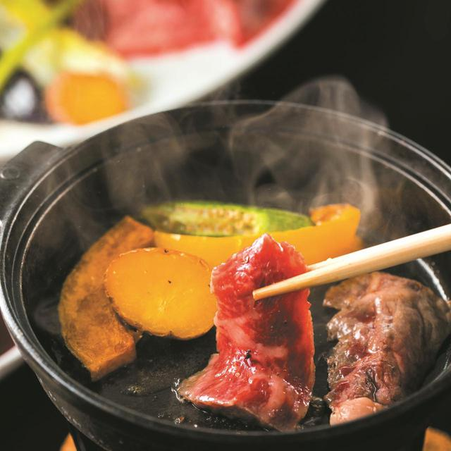 画像: 野菜は肉の脂と旨味を吸って、甘みが格段にアップ。ガッツリ味わいたい人には3500円の肉増量版も(180g)。ご飯・味噌汁・野菜付