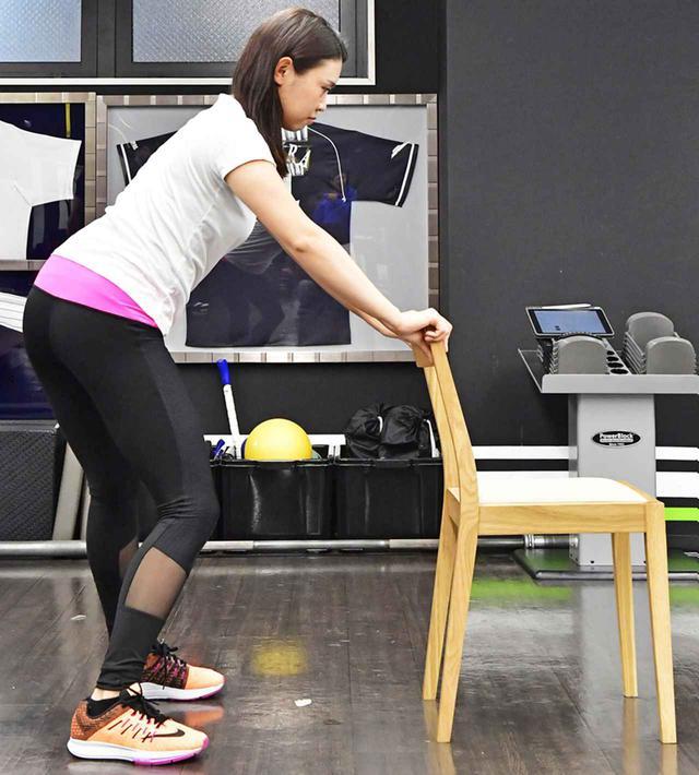 画像2: 両手でイスの背もたれを持ち、肩の位置が動かないように気をつけながら、お尻を左右に振って股関節を動かす