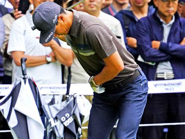 画像: 練習場で股関節を使う仕草を続ける石川遼