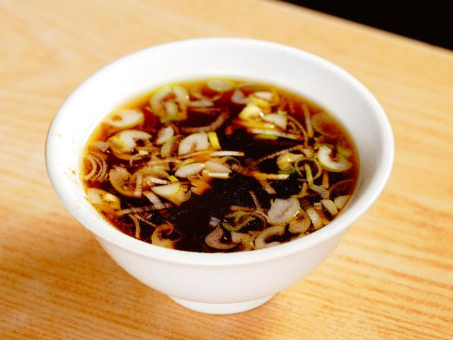画像: やよいで出る、セットのスープもコクが深すぎ!