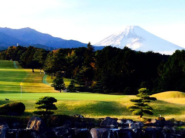画像: クラブハウスから見える景色。富士山と愛鷹9番グリーン