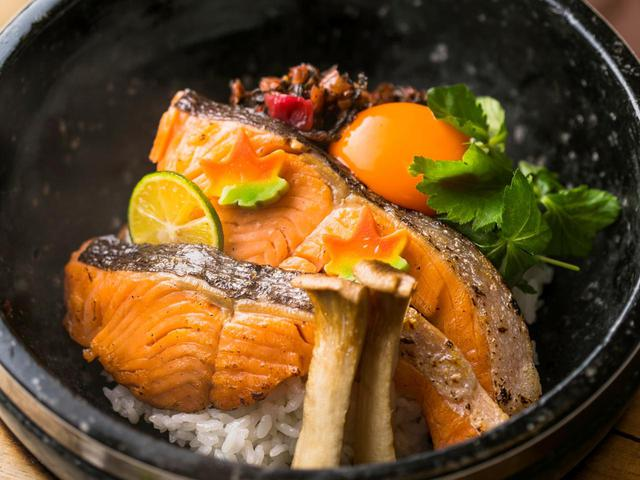 画像: 銀鱈の石焼御膳~松茸入り土瓶蒸し添え(2035円)
