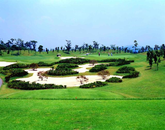 画像: 武蔵野の丘陵地に広がる27H、おおむらさきGC